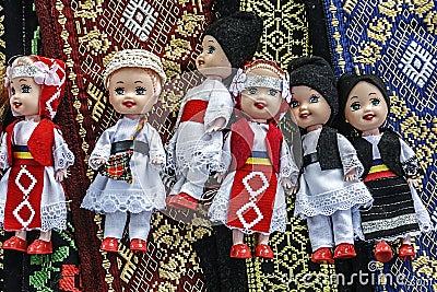 Poupées habillées dans les gens roumains traditionnels costumes-1