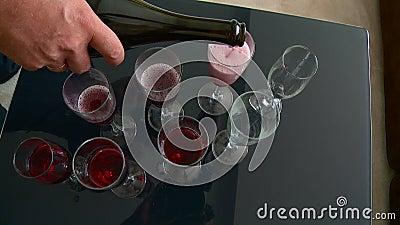 ?pouser le champagne de d?coration pour les jeunes mari?s banque de vidéos