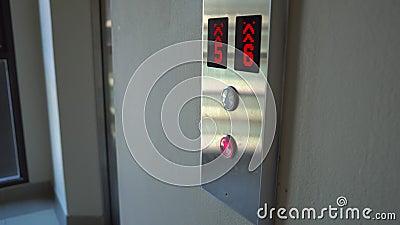 Poussée de femme le bouton pour appeler un ascenseur clips vidéos