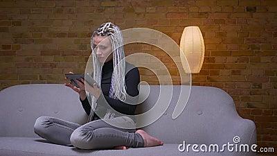 Pousse de plan rapproch? de la lecture rapide femelle de jeune hippie caucasien attirant sur la transmission de messages de compr banque de vidéos