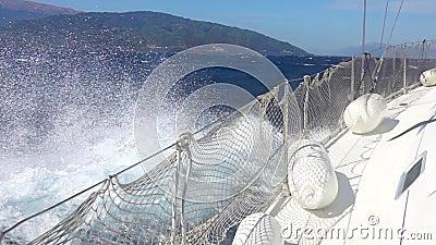 Poussière d'eau près d'un yacht de voile Mouvement lent banque de vidéos
