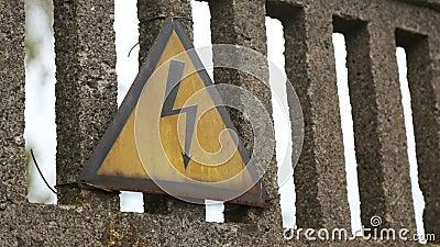 Pouvoir thermique Signe de haute tension sur la barrière devant l'usine concrète clips vidéos