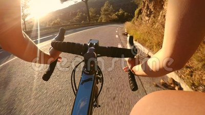 POV des Radfahrerreitfahrrades im Sonnenuntergang stock video