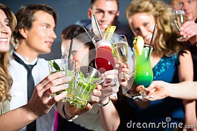 Povos em cocktail bebendo do clube ou da barra