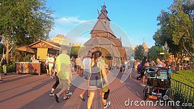 Povos que andam perto de Noruega Pavillion em Epcot na ?rea de Walt Disney World filme