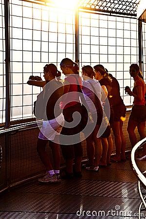 Povos que apreciam a vista através de Banguecoque Foto de Stock Editorial