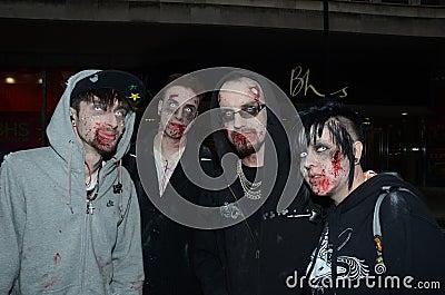 Povos que atendem à caminhada anual do zombi Fotografia Editorial