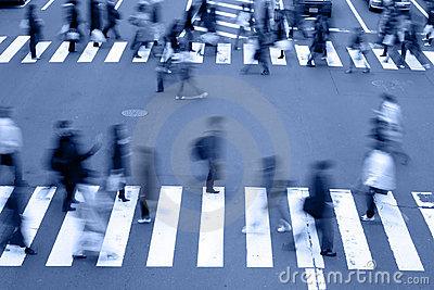 Povos que cruzam os tons rua-azuis