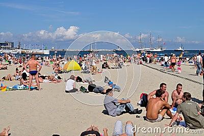 Povos que descansam na praia Foto Editorial