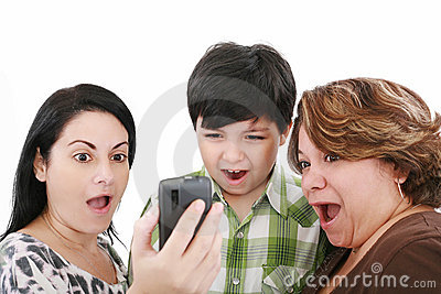 Povos que prestam atenção ao telefone móvel