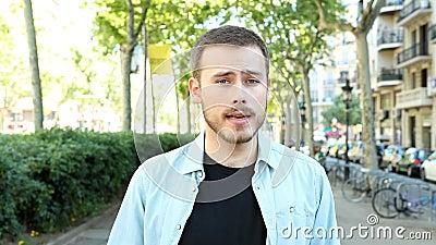 Poważny mężczyzna rozmawiający przy kamerze na ulicy zbiory wideo