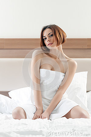 Powabna kobieta z krótkim włosy pozuje po prysznic
