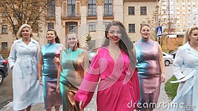 Powabne dziewczyny w pięknych sukniach beszcześcą na ulicie Plus wielkościowy moda tydzień swobodny ruch zbiory wideo