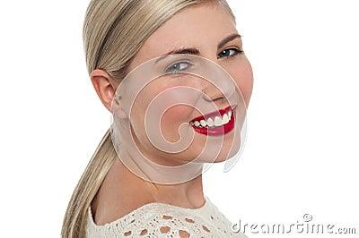 Powabny nastoletni wzorcowy rozblaskowy toothy uśmiech