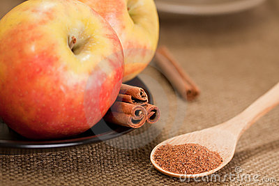 Powdered Nutmeg with apples and cinnamon