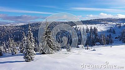 Powietrzny 4k trutnia widok śnieg zakrywał religijnego krzyż w górach zbiory