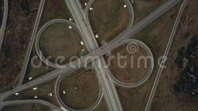 Powietrzny truteń strzelający nad, symmetric drogową wymianą, mostami i poruszającymi pojazdami, zbiory