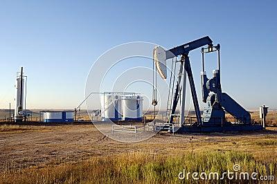 Pozo de petróleo y los tanques de almacenaje
