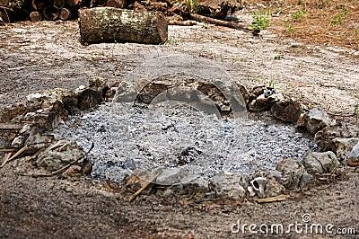 Pozzo del fuoco riempito di cenere bruciata