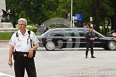 Präsidentenlimousine und Polizei Redaktionelles Bild
