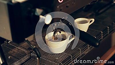 Préparation des tasses d'expresso à un café clips vidéos