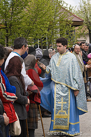 Prêtre et croyants Image stock éditorial