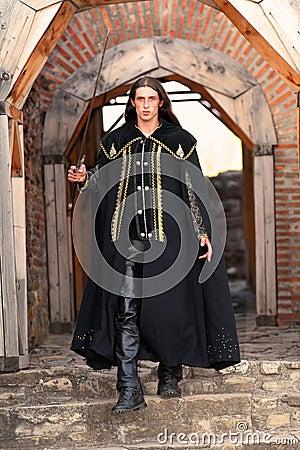 ¡Baile de máscaras!,¡Oculta tu identidad!,¡estas Invitado! Pr-iacutencipe-medieval-joven-con-el-sable-y-la-capa-negra-thumb1362557
