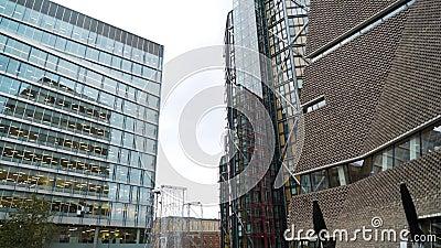 Prachtige moderne architectuurschrapers met fonteinen Actie Architectuur van moderne wolkenkrabbers en stock video