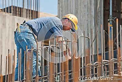 Pracownik budowlany ruchliwie z forwork ramami