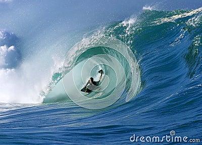 Practicar surf una onda perfecta del tubo en la bahía Hawaii de Waimea Fotografía editorial