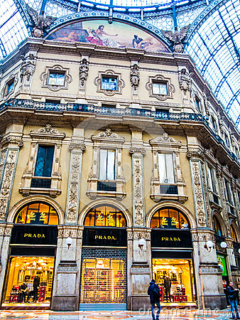 Prada-opslag in Vittorio Emanuele Galleries, Milaan Redactionele Foto