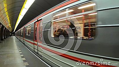 Praga, República Checa El metro sale de la estación PDV, punto de vista del pasajero almacen de video