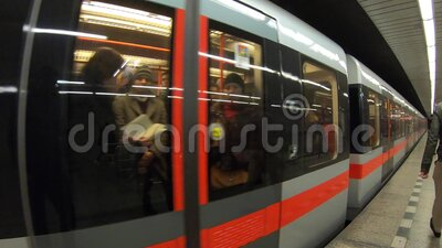 Praga, República Checa El metro se acerca a la estación PDV, punto de vista del pasajero almacen de video