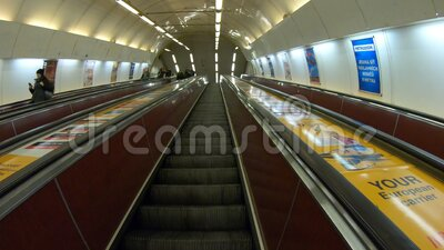Praga, República Checa Tiempo de espera hasta la salida del metro a través de la larga escalera mecánica Punto de vista del pasaj metrajes