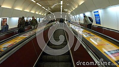 Praga, República Checa Tiempo de espera hasta la salida del metro a través de la larga escalera mecánica Punto de vista del pasaj almacen de metraje de vídeo