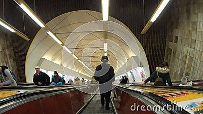 Praga, República Checa Tiempo de espera hasta la salida del metro a través de la larga escalera mecánica Punto de vista del pasaj almacen de video