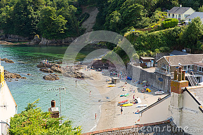 Praia Cornualha Inglaterra Reino Unido de Cawsand na península de Rame que negligencia o som de Plymouth Fotografia Editorial