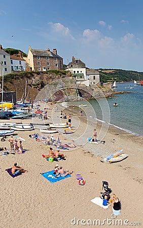Praia Cornualha Inglaterra Reino Unido de Cawsand na península de Rame que negligencia o som de Plymouth Imagem de Stock Editorial