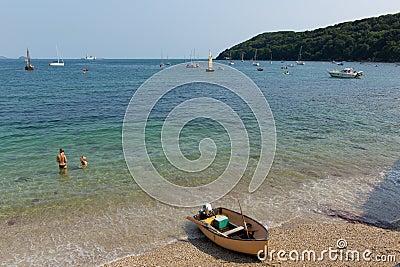Praia Cornualha Inglaterra Reino Unido de Kingsand na península de Rame que negligencia o som de Plymouth Foto Editorial