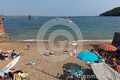 Praia Cornualha Inglaterra Reino Unido de Kingsand na península de Rame que negligencia o som de Plymouth Imagem Editorial