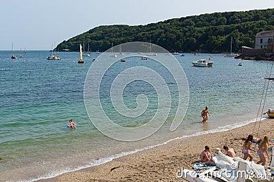 Praia Cornualha Inglaterra Reino Unido de Kingsand na península de Rame que negligencia o som de Plymouth Foto de Stock Editorial