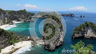 A praia de Auh, Nusa Penida perto de Bali, Indonésia Vista aérea no mar e no penhasco Fundo de água turquesa a partir de filme
