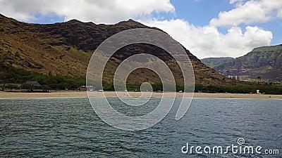 Praia de Makaha na ilha de Oahu no zangão de Havaí vídeos de arquivo
