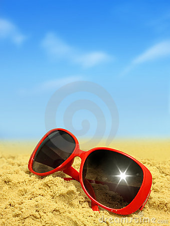 Praia e óculos de sol