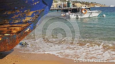 Praia em Egipto Barco de guarda costeira da costa de Mar Vermelho do recurso perto do porto filme