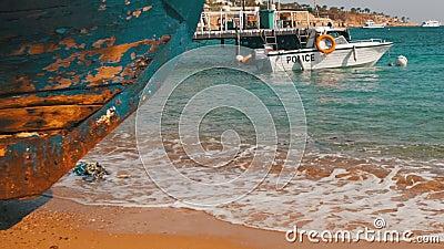 Praia em Egipto Barco de guarda costeira da costa de Mar Vermelho do recurso perto do porto vídeos de arquivo