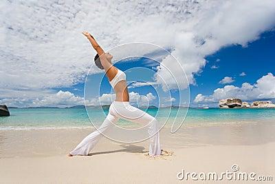Praia fêmea do estiramento da ioga