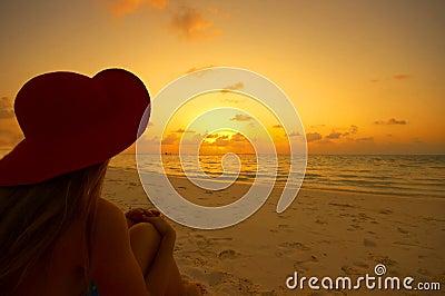 Praia tropical no por do sol