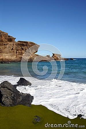 Praia verde da areia em Havaí