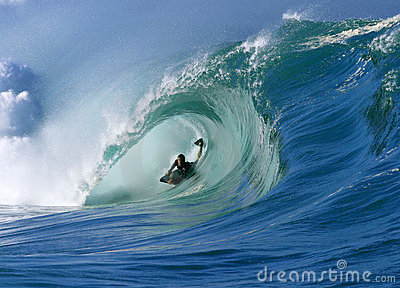 Praticando il surfing un onda perfetta del tubo alla baia Hawai di Waimea Fotografia Editoriale
